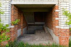 Wejście piwnica zniszczony ceglany dom zdjęcie stock
