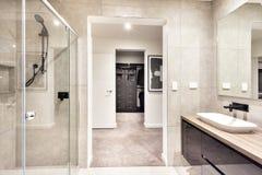 Wejście pralniany pokój przez nowożytnego washroom obrazy stock