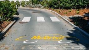 Wej?cie pusty McDrive przy przez mcdonald fasta food restauracji zdjęcie royalty free