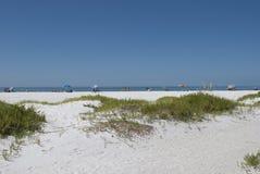 Wejście raj plaża w Floryda Lido klucza plaża Ludzie w odległości są relaksujący w słonecznym dniu przy białym piaskowatym b obraz stock