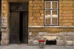 Wejście stary budynek z małym krzesłem Obrazy Royalty Free