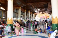 Wejście Złoty opiera Buddha lub Shwethalyaung Buddha, Bago Myanmar zdjęcie stock