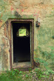 Wejście zaniechana militarna baza w drewnach zdjęcia stock