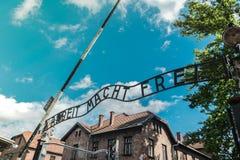 Wejściowa brama nazistowski koncentracyjny obóz Auschwitz w Polska: praca robi ciebie bezpłatny zdjęcia royalty free