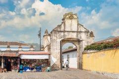 Wejściowa brama plac przed kościół katolickim dzwonił Ig Zdjęcia Stock