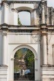 Wejściowa brama plac przed kościół katolickim dzwonił Ig Obraz Stock