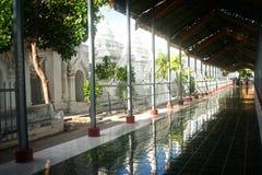 Wejściowa brama Złota pagoda w Sanda Muni Paya w Myanmar Obrazy Royalty Free