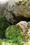Wejściowa wspinaczka w ogromną Czarcią ` s gardła jamę w Rhodop Obraz Stock