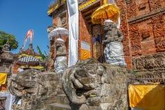 Wejściowe bramy Hinduska świątynia z opiekun statuami, Buruan, Bali, Indonezja obraz stock