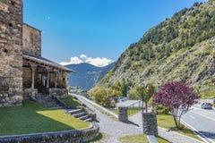 Wejściowi schodki wieśniak drylują kościół przy krawędzią trasa w Pyrenees Andorra Europa obraz royalty free