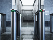 Wejściowy bramy karty dostępu systemu bezpieczeństwa budynek biurowy zdjęcia stock