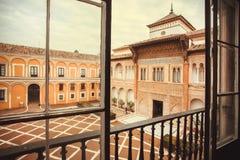 Wejściowy i dziejowy podwórze czternastego wieka Alcazar pałac królewski w Mudejar architektura stylu, Seville Hiszpania zdjęcia royalty free