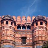 Wejście góruje Czerwony Agra fort w India Zdjęcia Stock