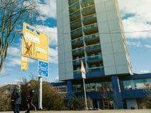 Wejście Niemcy znak przy rabatowym para seniora bundesrepub Zdjęcie Stock