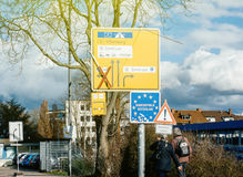 Wejście Niemcy znak przy rabatowym para seniora bundesrepub Fotografia Stock