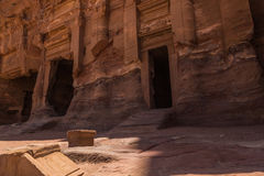 Wejście w budynku przy Czerwonym miastem Petra, Jordania Zdjęcia Royalty Free