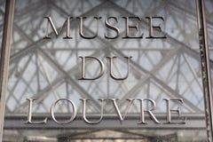 wejściowego louvre muzealny Paris znak Fotografia Royalty Free