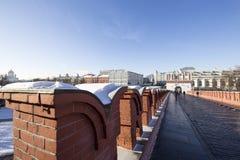 Wejście Moskwa Kremlin dla turystów przez Kutafiya wierza na pogodnym zima dniu, Rosja Zdjęcia Stock