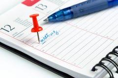Wekelijkse agenda met spiraal en speld Stock Foto