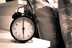 Wekker in de slaapkamer Stock Afbeeldingen