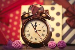 wekker en ballen op de prachtige giftenachtergrond Royalty-vrije Stock Afbeelding