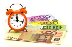 Wekker met document euro geld 50, 100, 200, 500 Royalty-vrije Stock Afbeelding