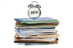 Wekker met documenten en nummer 2016 Stock Afbeeldingen