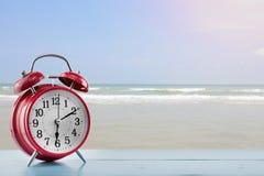 Wekker met overzeese en strandachtergrond Stock Afbeelding