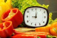 Wekker met verse groenten voor het koken, nadruk van wekker Royalty-vrije Stock Afbeelding