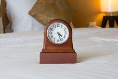 Wekker op het bed Royalty-vrije Stock Afbeelding