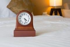 Wekker op het bed Stock Afbeelding