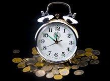 Wekker op muntstukken Royalty-vrije Stock Afbeelding