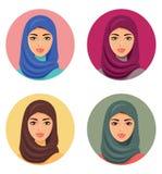 Wektor - setu cztery Arabskie dziewczyny w różnych tradycyjnych pióropuszach odosobniony Obraz Royalty Free