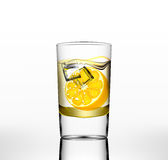 Wektor woda w szkle z pomarańcze i lodem ilustracji