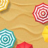 Wektorowa ilustracja piasek plaża i multicolor pasiaści parasole Odgórnego widoku wakacje sztandaru tło ilustracji