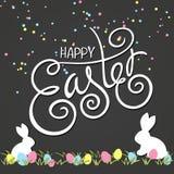 Wektorowa ręka rysująca Easter literowania powitania wycena z zawijasem, kędziorem, królikami i barwiącymi jajkami na trawie, Rys Obraz Royalty Free