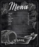 Wektorowa ręka rysujący chalkboard piwny menu z rożkami i liśćmi chmiel i piwna baryłka royalty ilustracja