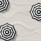 Wektorowa realistyczna ilustracja biała piasek plaża i czarni biali pasiaści parasole Odgórnego widoku wakacje tło Obrazy Stock