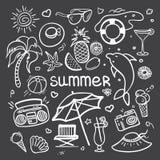 Wektorowa szkicowa kreskowej sztuki Doodle kreskówka ustawiająca przedmioty i symbole dla wakacji letnich na blackboard Obrazy Stock