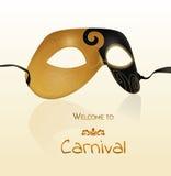 Wektorowa złocista karnawał maska z błyszczącą teksturą Zaproszenie karta, powitanie karnawał Fotografia Stock