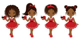Wektorowe Śliczne Małe amerykanin afrykańskiego pochodzenia dziewczyny z biedronkami ilustracja wektor