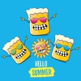 Wektorowej kreskówki piwnego szkła ostry charakter i lata słońce odizolowywający na błękitnym tle Cześć lato tekst i ostry piwo royalty ilustracja