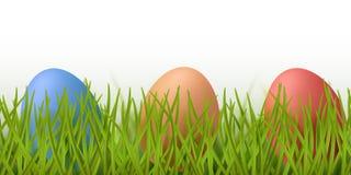 Wektorowej realistycznej trawy bezszwowa granica z malującymi Easter jajkami odizolowywającymi na białym tle royalty ilustracja