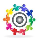 Wektorowi pracy zespołowej społeczności rozwiązania ludzie przygotowywają loga w uściśnięcie projekta ikony kreatywnie szablonie royalty ilustracja