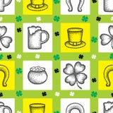Wektorowy bezszwowy wzór z kropkowaną szczęsliwą cztery liści koniczyną, shamrock, kapelusz, piwny szkło, garnek monety lub podko Zdjęcia Royalty Free