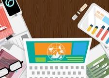 Wektorowy biznesmen z praca terenem i biurko dzwonimy technologię komunikacyjną z wykresu papierem, pióra, papieru płaski projekt Fotografia Royalty Free