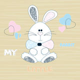 Wektorowy children& x27; s ilustracja śliczna biała królik chłopiec na pasiastym beżowym tle z sercami Obraz Stock