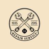 Wektorowy rocznika motocyklu naprawy logo Retro garaż etykietka z ręką kreślił wyrwania Obyczajowy siekacza sklepu emblemat royalty ilustracja