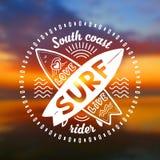 Wektorowy skrzyżowanie surfing desek stempluje z ręka rysującą szyldową miłością, Żywą, kipiel na zamazanym zmierzch plaży tle Zdjęcia Royalty Free
