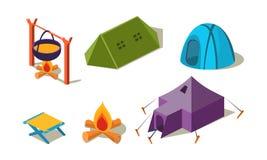 Wektorowy ustawiający isometric campingowy wyposażenie Różni namioty, krzesło i kocioł polewka nad ogniskiem, Aktywny odtwarzanie ilustracji